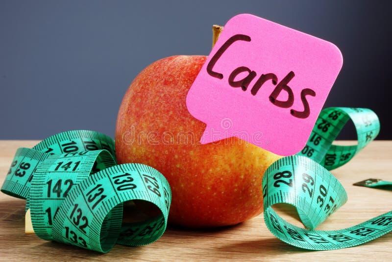 Carbs lub węglowodanów pojęcie Apple na biurku Diety i zdrowy jedzenie obraz stock
