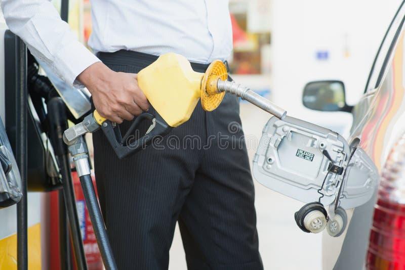 Carburant de pompage d'essence image stock