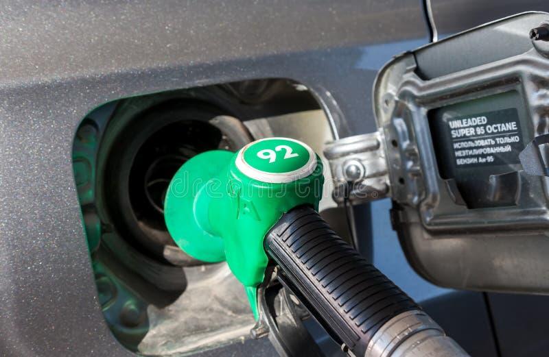 Carburant de pompage d'essence de plan rapproché dans la voiture de tourisme à la station service photographie stock libre de droits