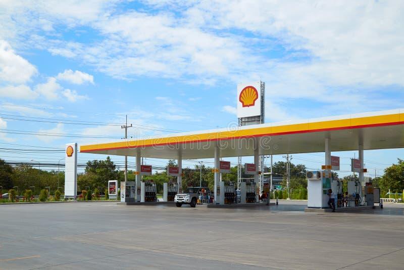 Carburant de SHELL et station service et réparation de voiture photographie stock libre de droits