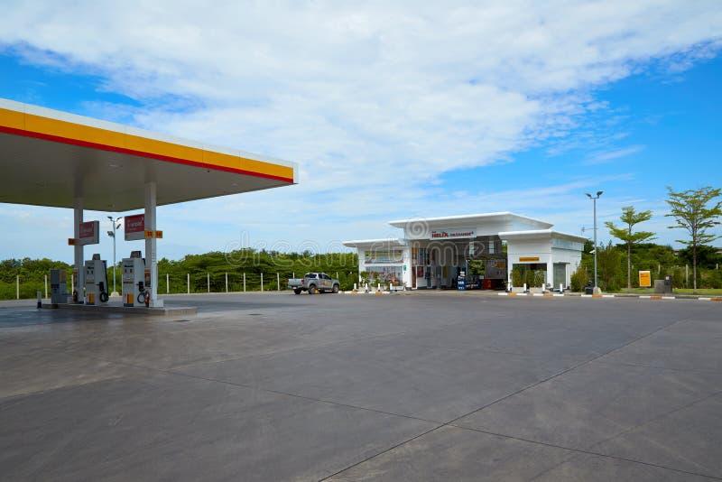 Carburant de SHELL et station service et réparation de voiture image libre de droits