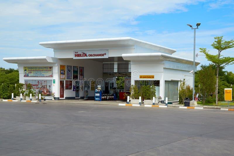 Carburant de SHELL et station service et réparation de voiture images stock