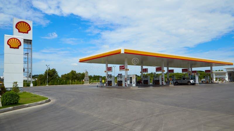 Carburant de SHELL et station service et réparation de voiture photo libre de droits