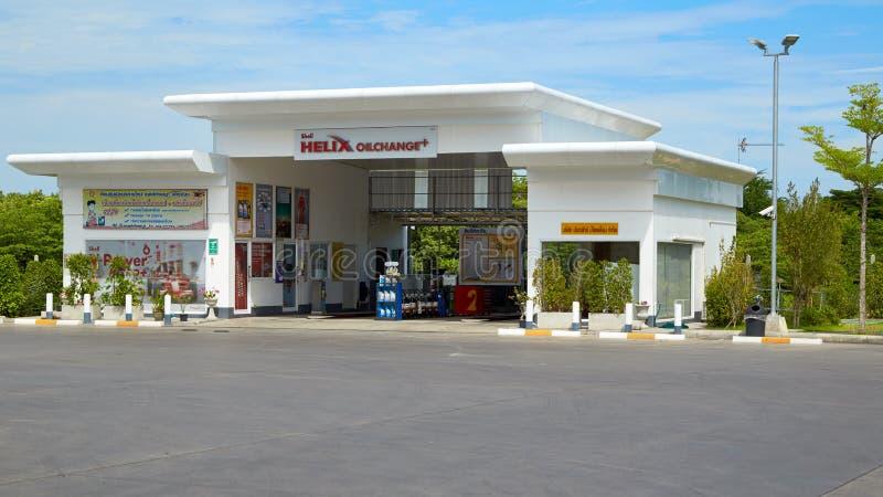 Carburant de SHELL et station service et réparation de voiture photos libres de droits
