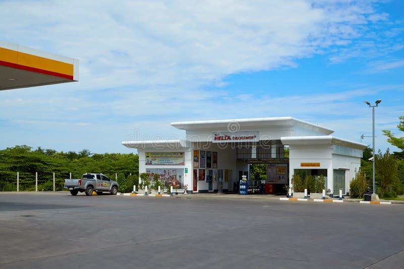 Carburant de SHELL et station service et réparation de voiture photo stock
