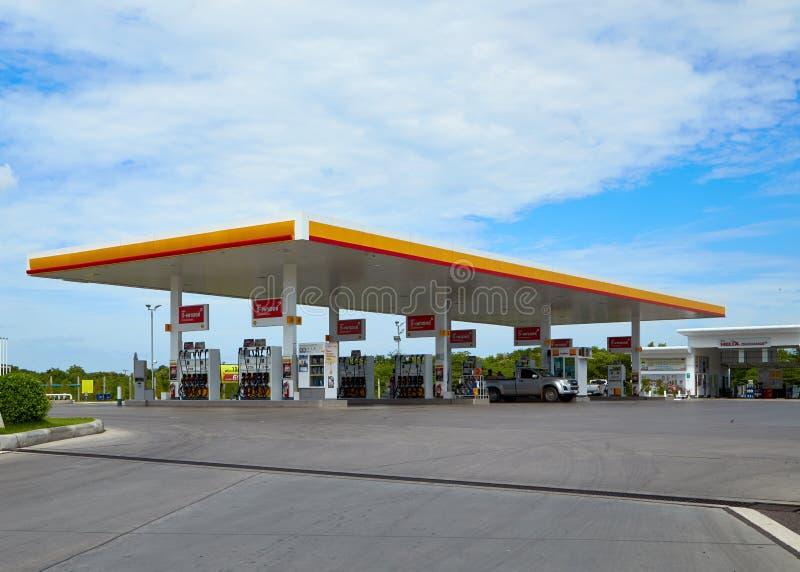 Carburant de SHELL et station service et réparation de voiture images libres de droits