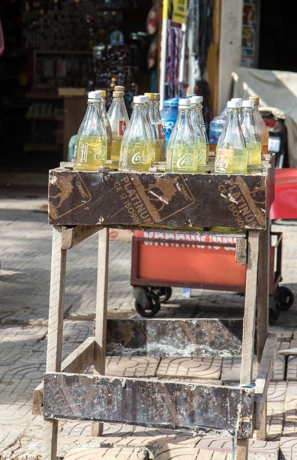 Carburant de vente asiatique traditionnel dans des bouteilles de boissons photographie stock libre de droits
