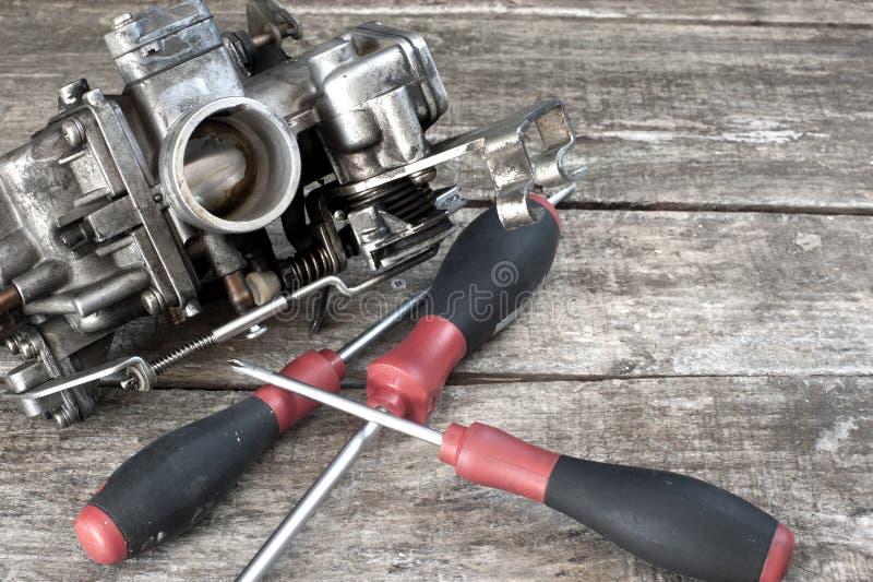 Carburateur et tournevis photo stock