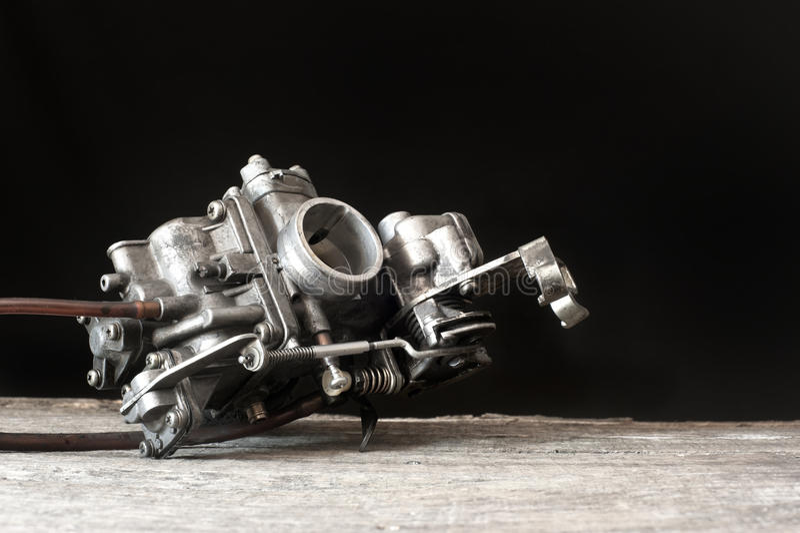 Carburator op houten oppervlakte royalty-vrije stock foto's