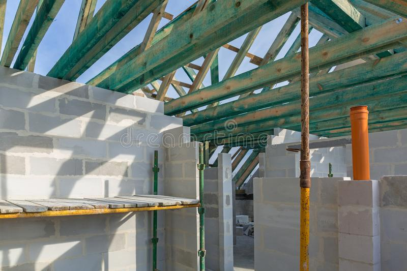 Carcasse du toit dans la maison image stock
