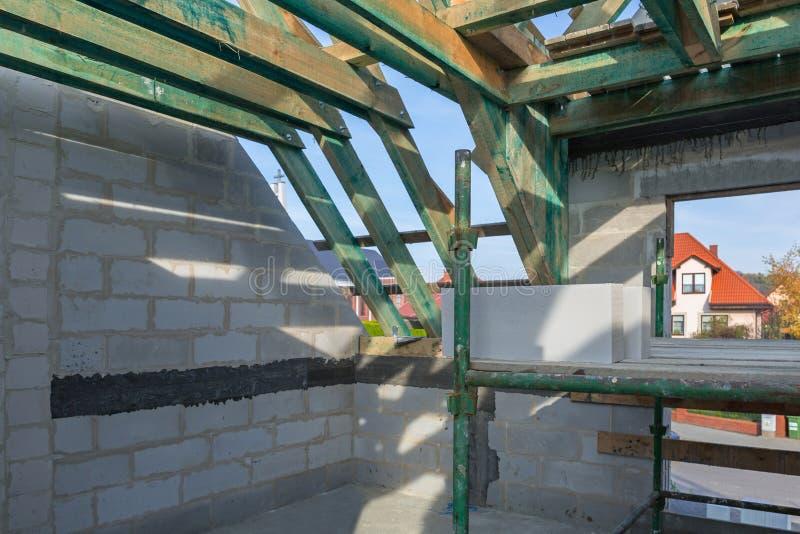 Carcasse du toit dans la maison photographie stock