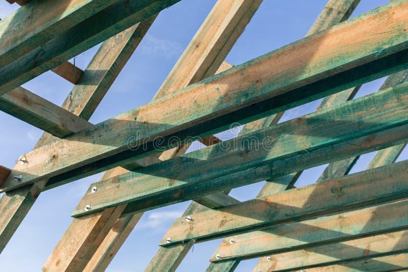 Carcasse du toit dans la maison photo stock