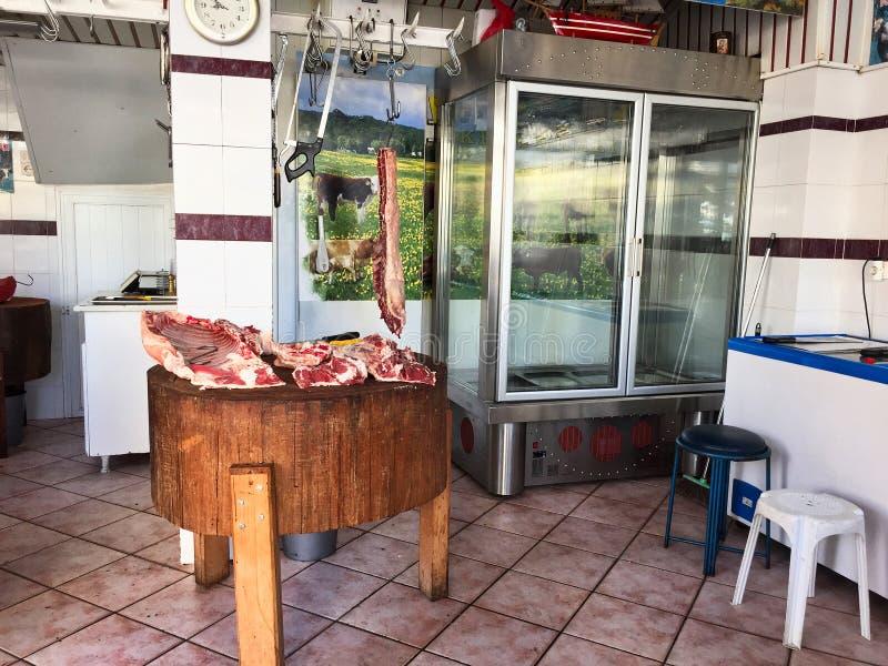 Carcasses de rassemblement dans le boucher Shop, Grèce de style ancien image libre de droits