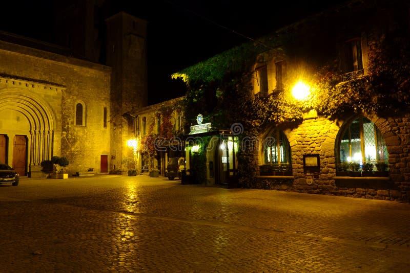 Carcassone Заколдовывая взгляд ночи вымощенного квадрата окруженного старыми домами стоковая фотография