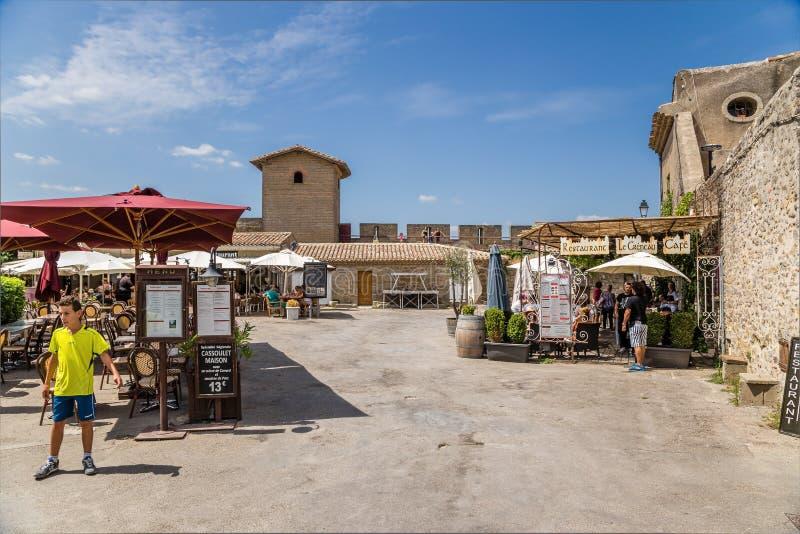 Carcassonne, Γαλλία Θερινός καφές στην ανώτερη πόλη στο υπόβαθρο του τοίχου φρουρίων στοκ φωτογραφία με δικαίωμα ελεύθερης χρήσης
