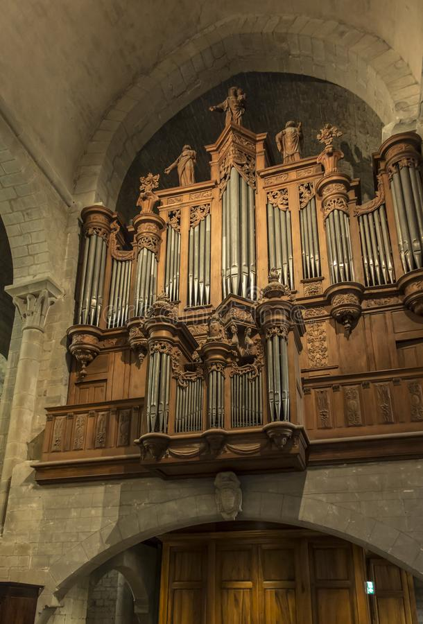 Carcassonne, França, 25 de junho de 2019: Órgãos decorativos na histórica Basílica de Saint Nazaire, em Carcassonne fotografia de stock