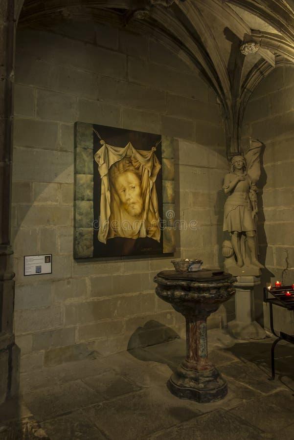 Carcassonne, França, 25 de junho de 2019: Fonte batismal decorativa na histórica Basílica de Saint Nazaire, em Carcassonne imagens de stock