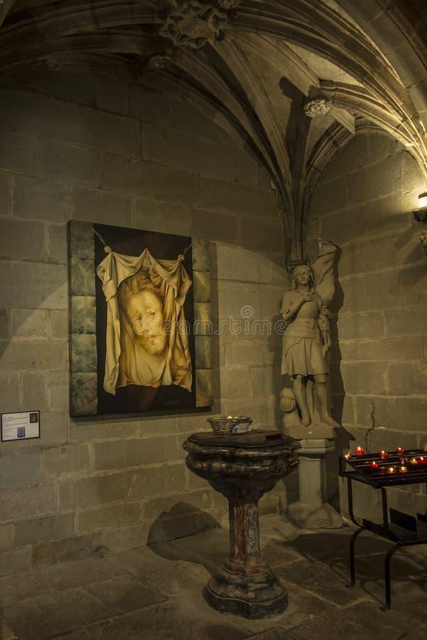 Carcassonne, França, 25 de junho de 2019: Fonte batismal decorativa na histórica Basílica de Saint Nazaire, em Carcassonne imagem de stock
