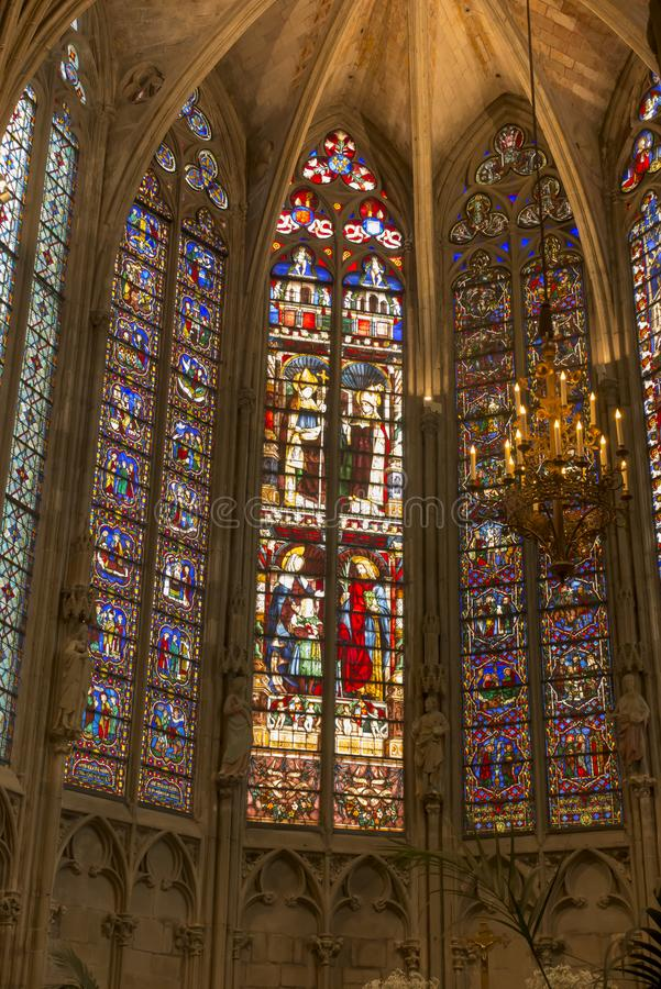 Carcassonne, França, 25 de junho de 2019: A janela de vidro corado decorativo subiu na histórica basílica de Saint Nazaire, em Ca fotos de stock royalty free
