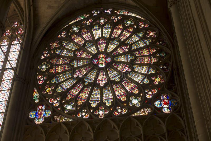 Carcassonne, França, 25 de junho de 2019: A janela de vidro corado decorativo subiu na histórica basílica de Saint Nazaire, em Ca foto de stock