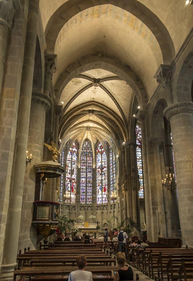 Carcassonne, França, 25 de junho de 2019: A janela de vidro corado decorativo subiu na histórica basílica de Saint Nazaire, em Ca imagem de stock royalty free