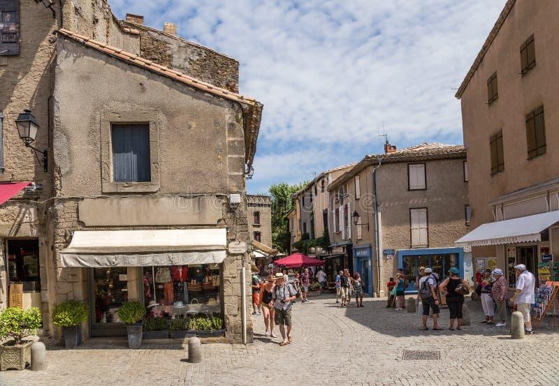 Carcassonne, França Vista de uma rua na cidade velha na fortaleza foto de stock