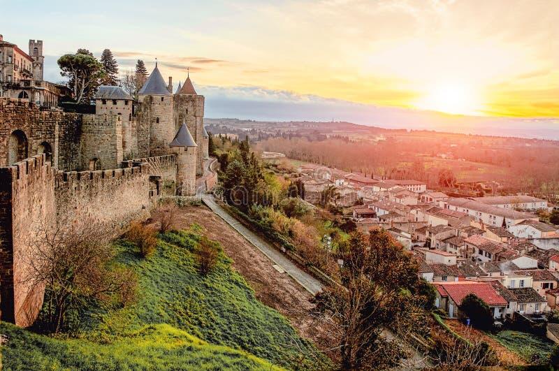 Carcassonne france Härligt solnedgånglandskap i den berömda staden i Frankrike royaltyfria bilder