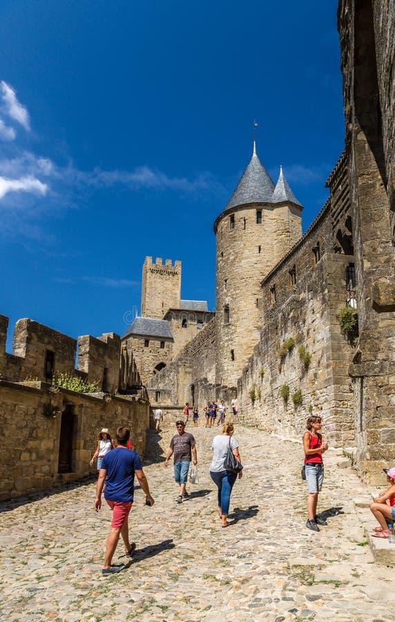 Carcassonne, Frankrijk Toeristen die de middeleeuwse vesting bezoeken Unesco-lijst stock afbeeldingen