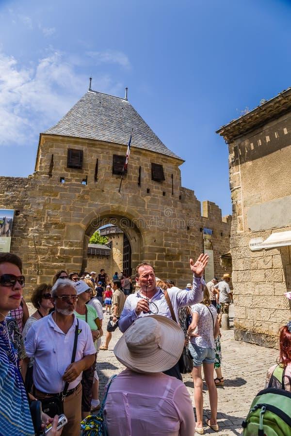 Carcassonne Frankrike Handböcker för en turnera av fästningen av Carcassonne arkivbild