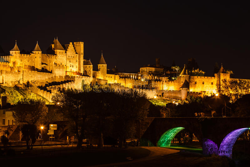 Carcassonne iluminować stare ściany most i zdjęcie stock