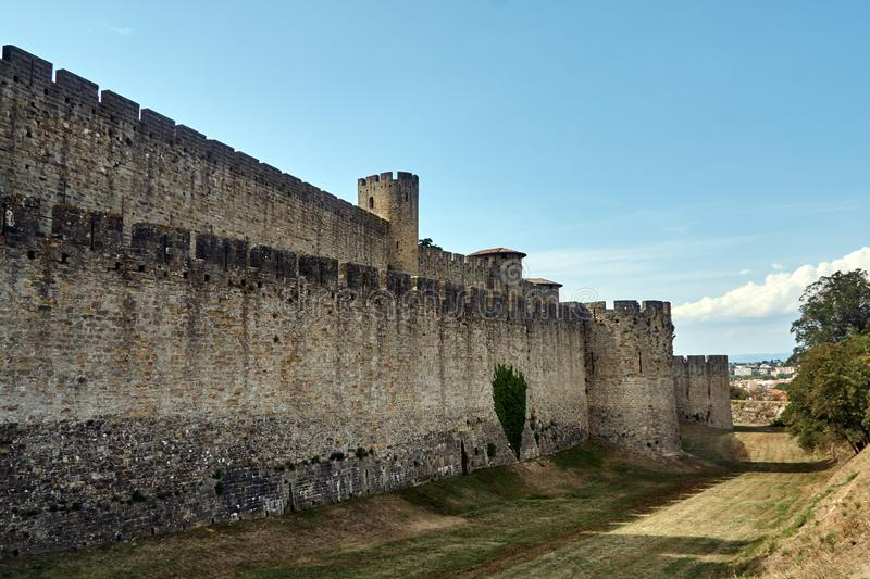 Carcassonne - mäktig stad-fästning i Frankrike royaltyfria foton