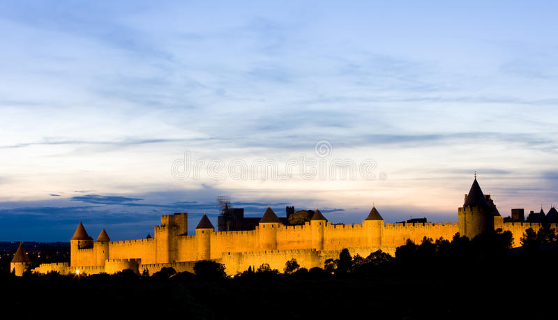 Carcassonne nachts stockbild