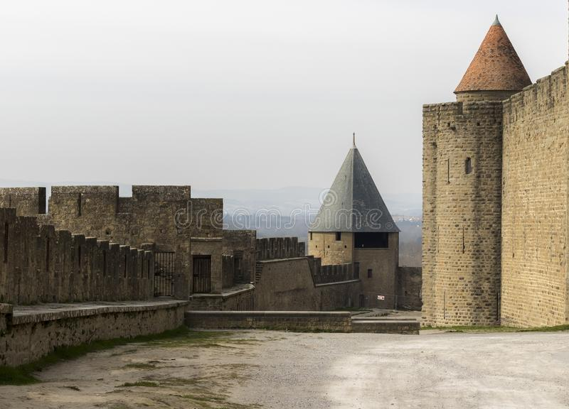 Carcassonne stad, Aude, Frankrike, 24th Februari 2018 medeltida fästningväggar arkivbilder