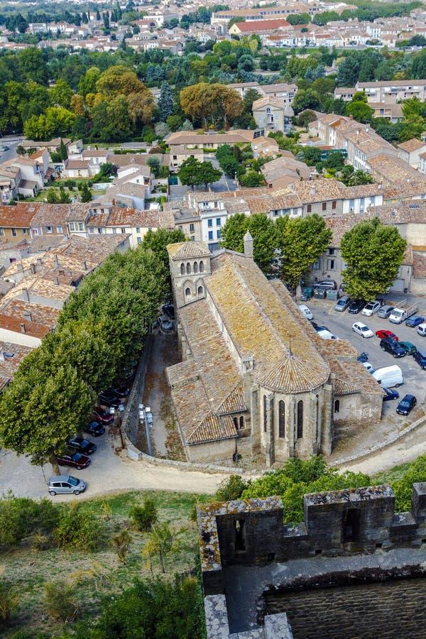 Carcassonne van de verdedigingsmuren van het kasteel, in de winter aan de daken wordt gezien dat royalty-vrije stock foto