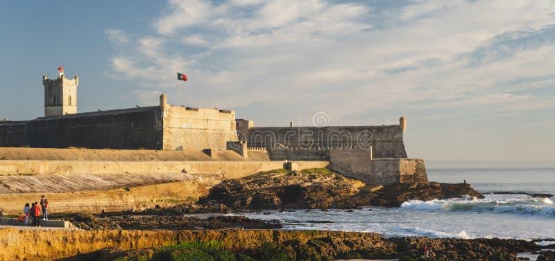 Carcavelos, Portugal - 12/31/18: Ansicht Praia de Carcavelos des Heiligen Julian Fortress mit Leuchtturmturm stockfotografie