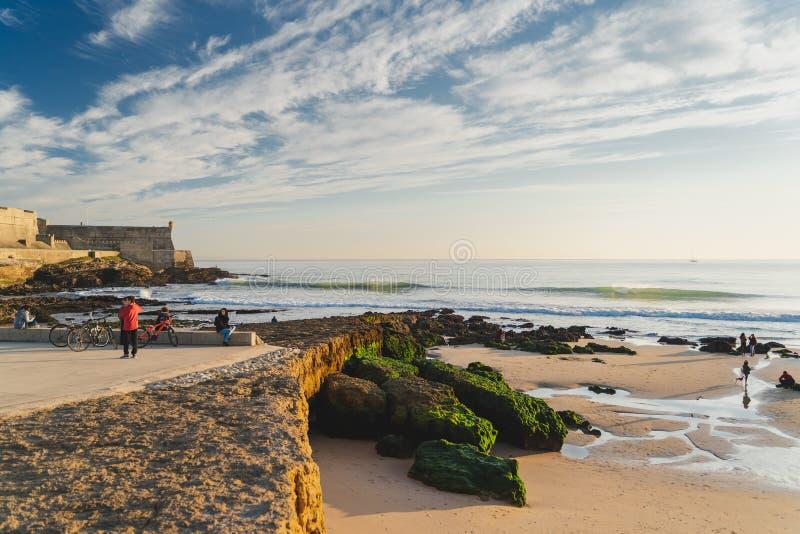 Carcavelos, Portugal - 12/31/18: Carcavelos-Strand und julianische Festung des Heiligen lizenzfreies stockbild