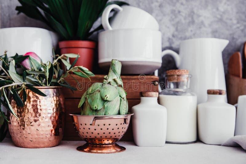 Carciofo fresco, interno rustico della cucina, fotografia stock