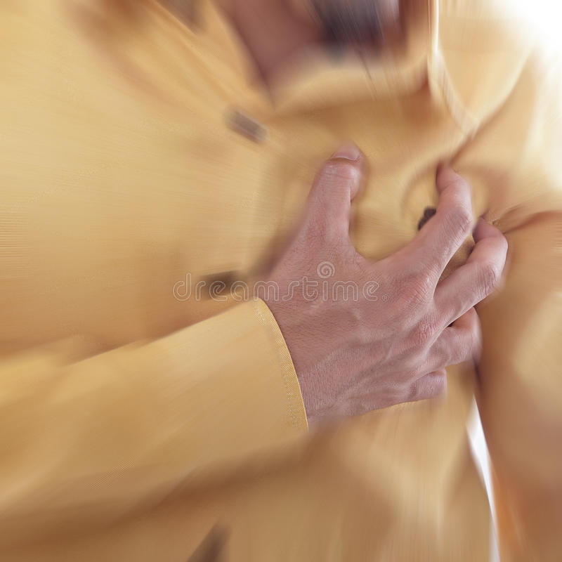 Cardíaco de ataque, mão do uso que agarra uma caixa imagens de stock royalty free