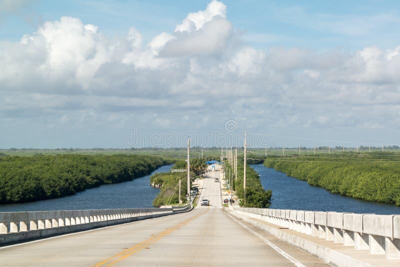 Card den solida vägen och bron, södra Florida, USA royaltyfri bild