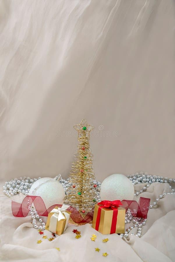 Card metalliska gran för det nya året och gåvor, boll arkivfoton