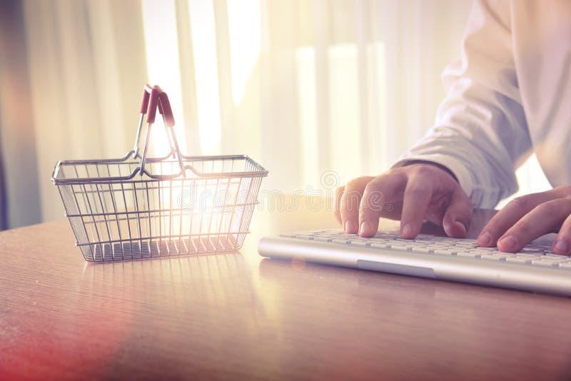 card tangentbordet för händer för kreditering e för kommersdatorbegreppet arkivbilder