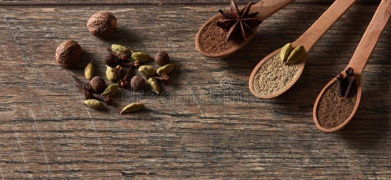 Cardamome, clous de girofle, noix de muscade, anis d'étoile, poivre de Jamaïque Différents types photographie stock
