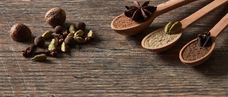 Cardamome, clous de girofle, noix de muscade, anis d'étoile, poivre de Jamaïque Différents types photo libre de droits