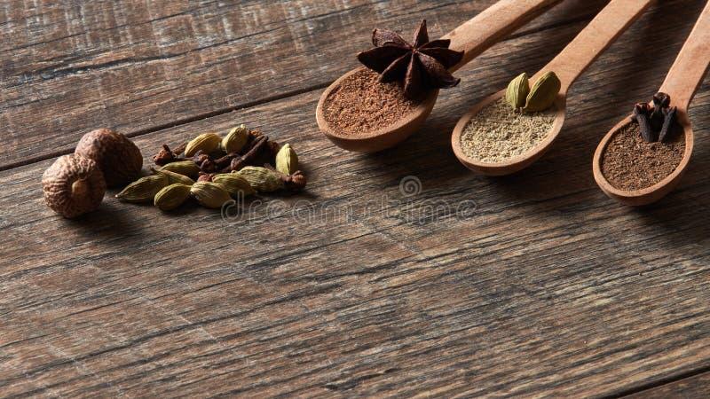 Cardamome, clous de girofle, noix de muscade, anis d'étoile, poivre de Jamaïque Différents types photos stock