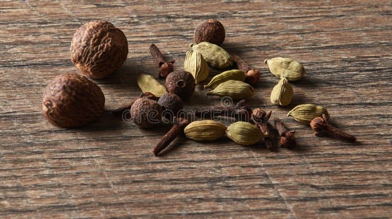 Cardamome, clous de girofle, noix de muscade, poivre de Jamaïque Différents types d'Ind entier photographie stock