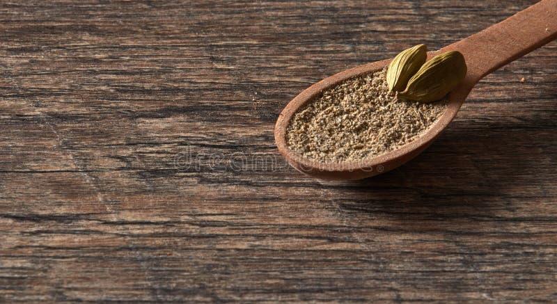 Cardamome dans une cuillère en bois Différents types de spic indien entier photo stock