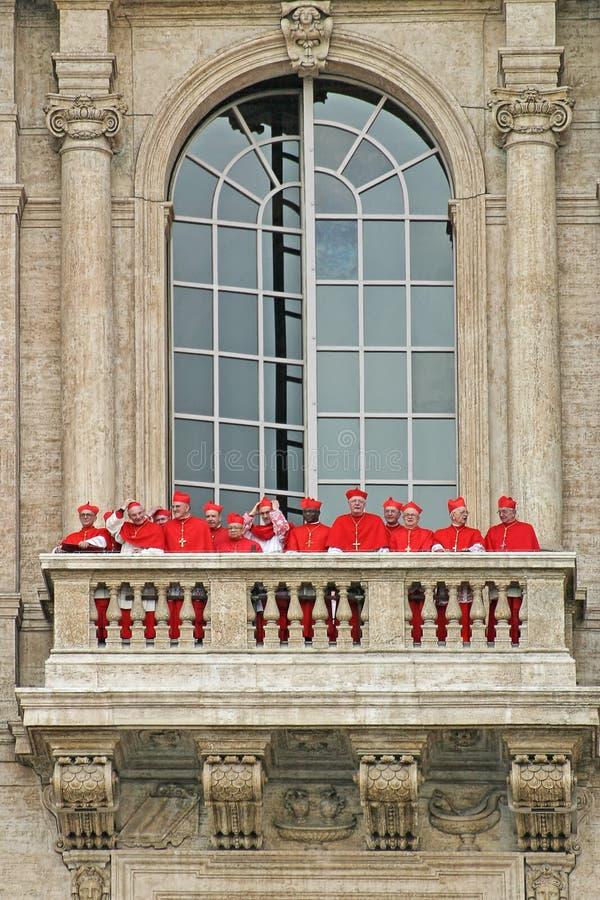 Cardeais no balcão da basílica de St Peter. fotografia de stock