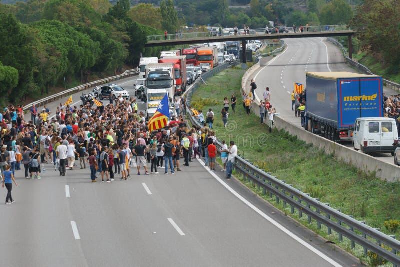 Cardedeu, Catalonia, Espanha, o 3 de outubro de 2017: povos paceful que eliminam a estrada imagem de stock