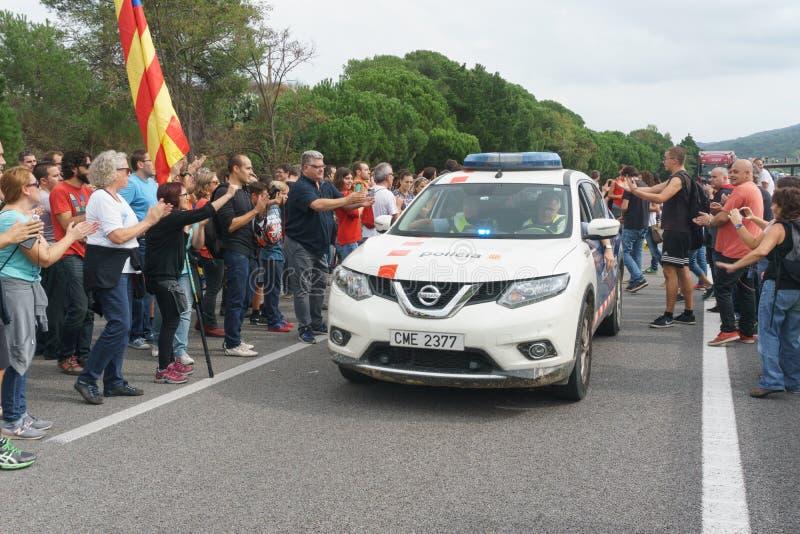 Cardedeu Catalonia, Spanien, Oktober 3, 2017: paceful klippa för folk royaltyfria foton