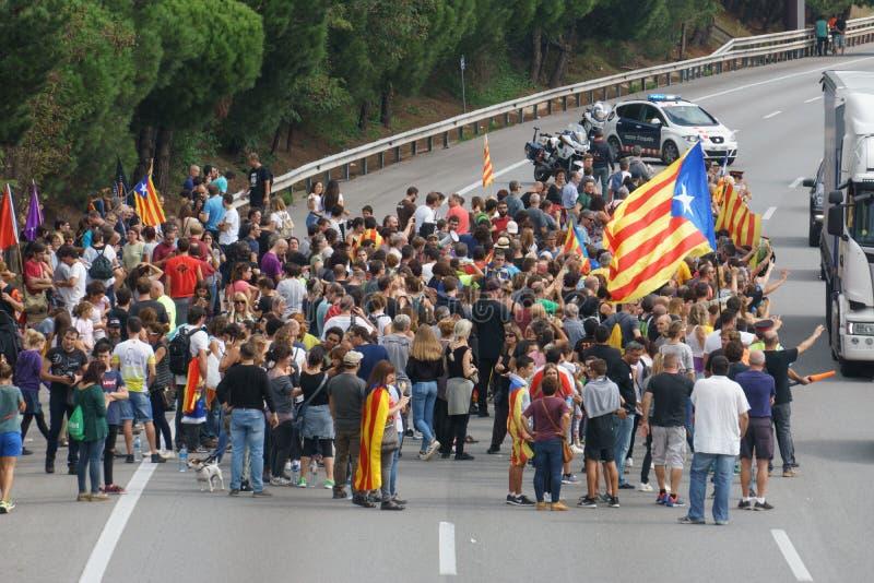 Cardedeu, Cataluña, España, el 3 de octubre de 2017: gente paceful que corta la carretera fotos de archivo libres de regalías